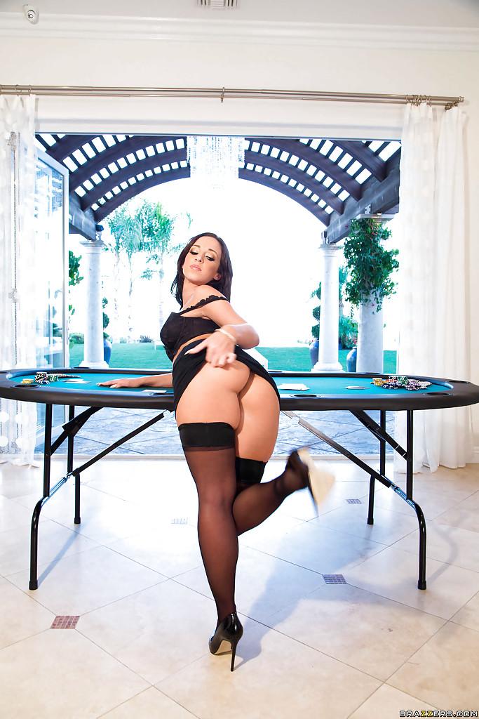 Жопастая крупье разделась и раскрыла очко на столе с фишками секс фото и порно фото