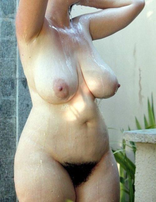 Грудастые девахи с волосатыми щелями принимают домашний душ секс фото и порно фото