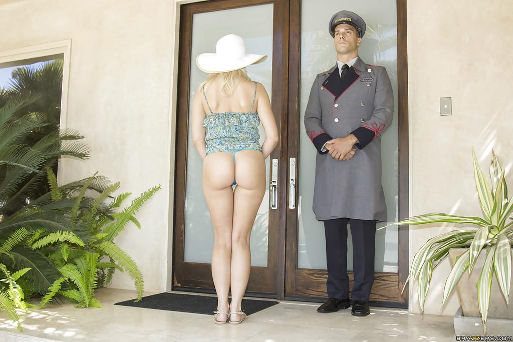 Дворецкий вошел в дом к богатой блондинке и трахнул её на ковре секс фото и порно фото
