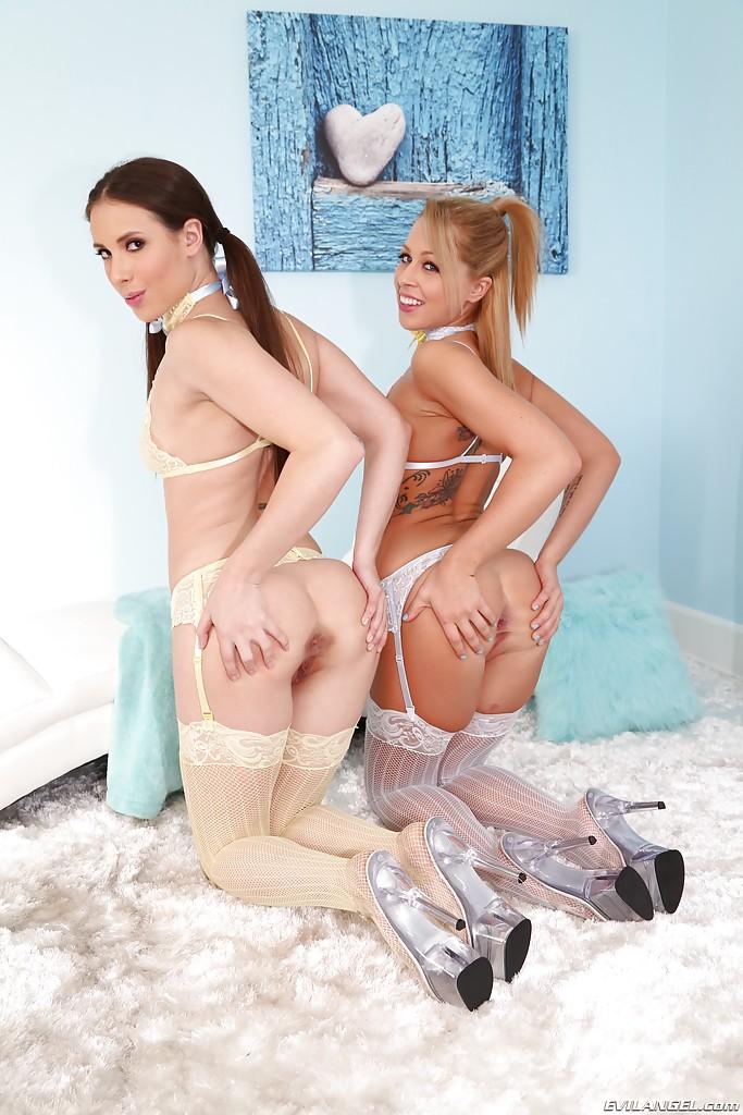 Лесбиянки Casey Calvert и Zoey Monroe в чулках спустили трусики секс фото и порно фото