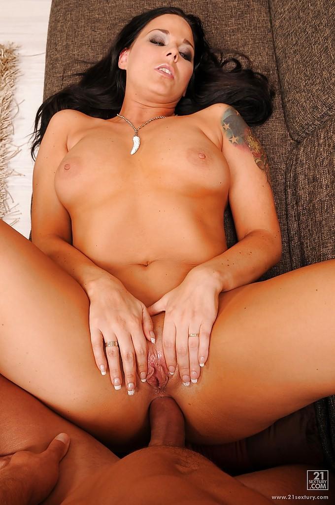 Рокер поимел брюнетку около электрогитары и кончил ей в анус секс фото и порно фото