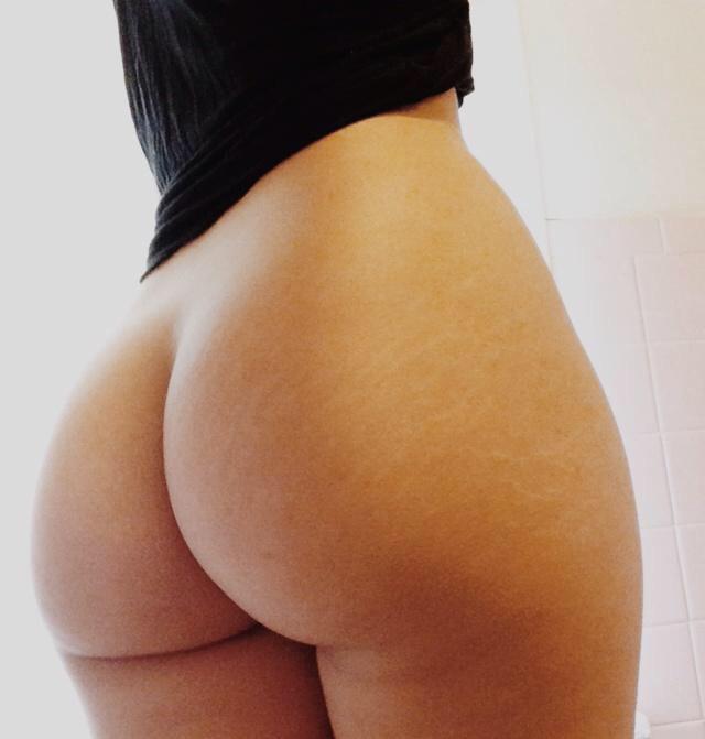 Девки демонстрируют аппетитные попки в разных ракурсах секс фото и порно фото