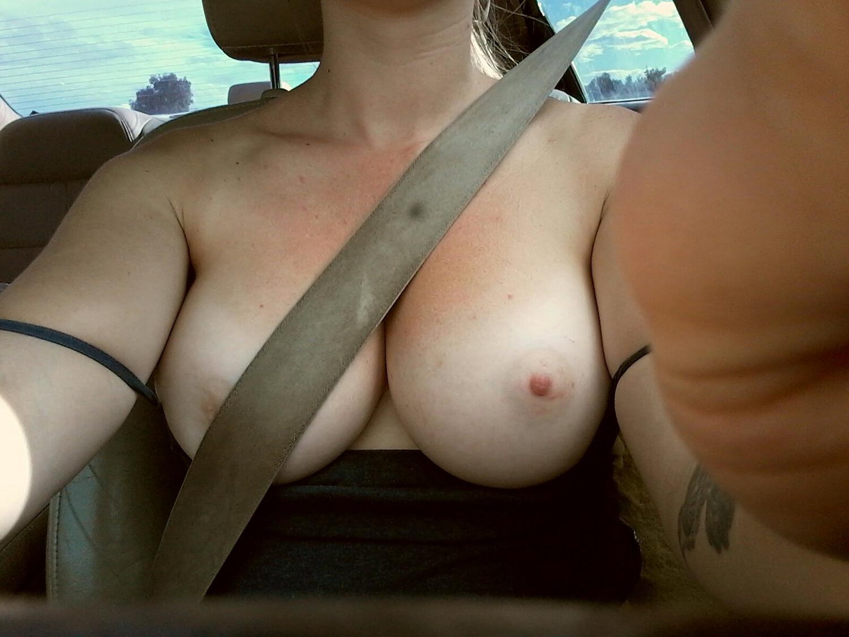 Селфи натуральных сисек разведенки дома и в машине секс фото и порно фото