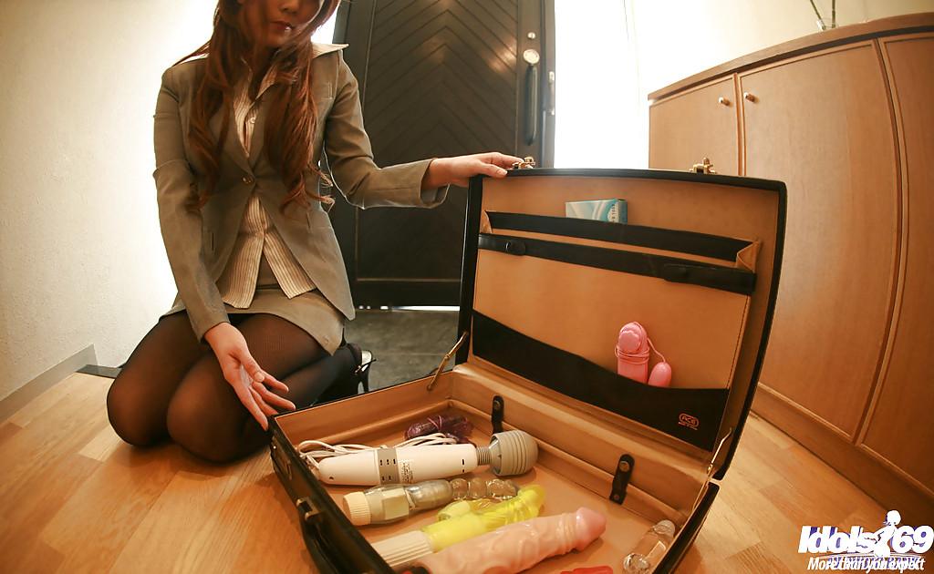 Японка в пиджаке раздевается и забавляется с коллекцией игрушек секс фото и порно фото
