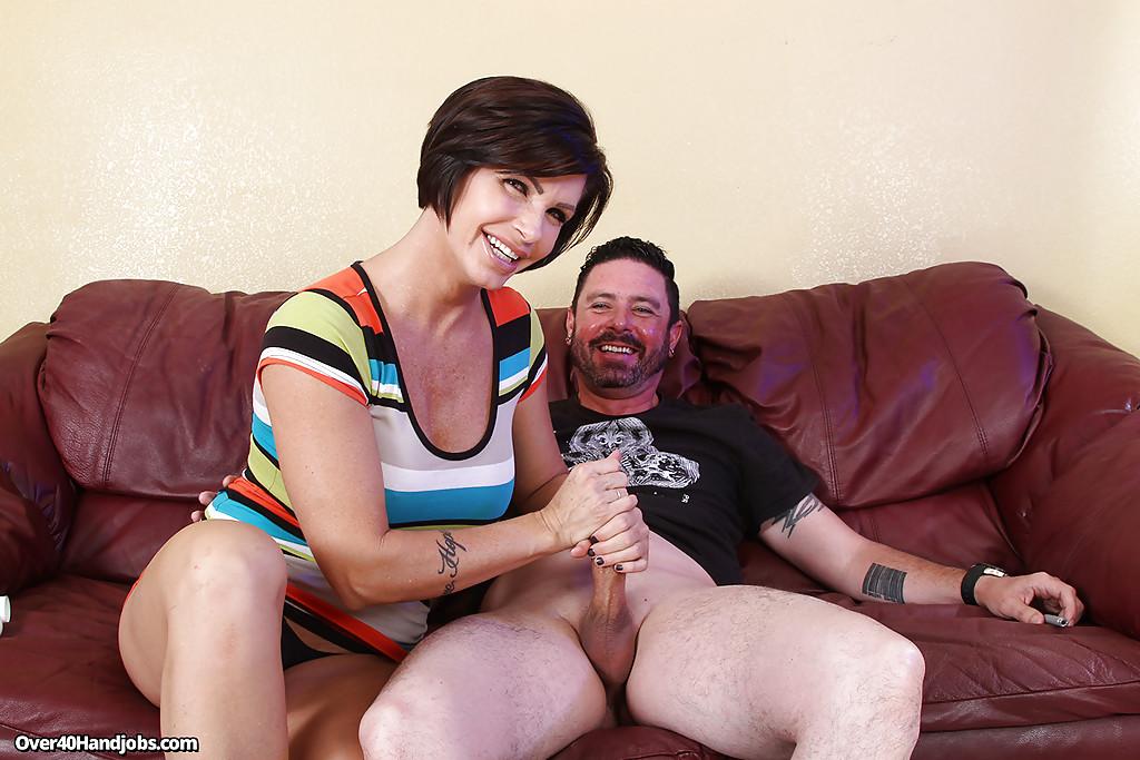 Зрелка сосет пенис и дрочит его между громадными сиськами секс фото и порно фото