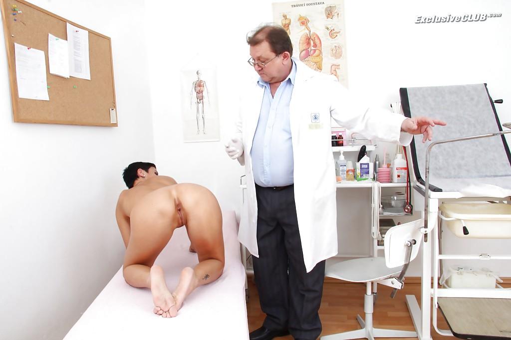 Гинеколог возбуждает манду брюнетки расширителем влагалища секс фото и порно фото