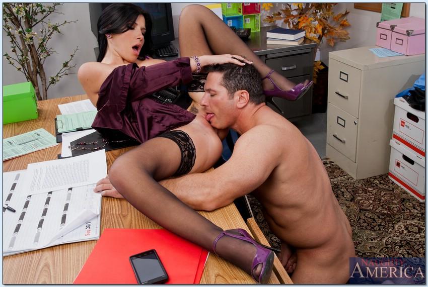 Сисястая мамка в чулках сосет член и трахается в офисе секс фото и порно фото