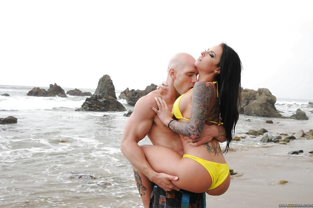 Лысый факер поимел брюнетку с тату Christy Mack в анус на фонтане секс фото и порно фото