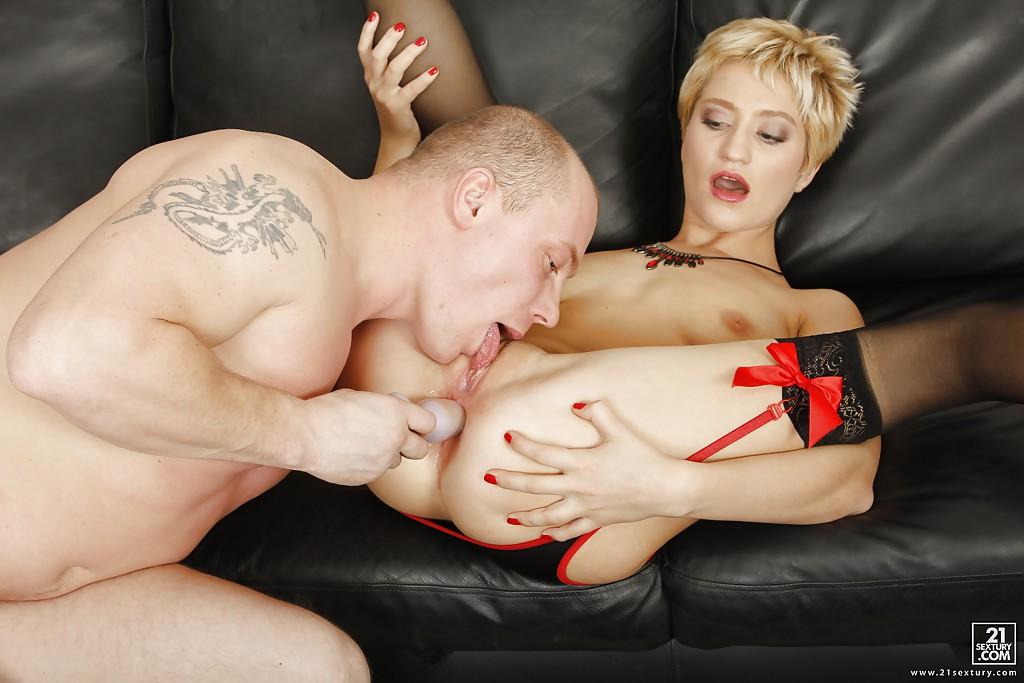 Блондинка с бантами на подтяжках подставляет анус под болт ебаря секс фото и порно фото