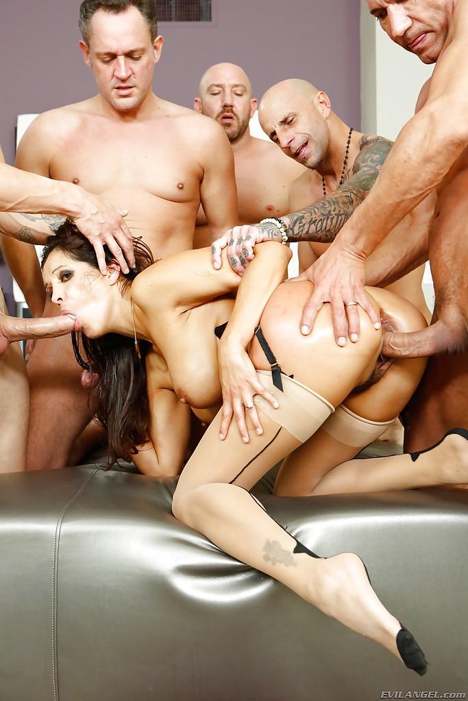 Пятеро парней выебали кареглазую брюнетку и накормили спермой секс фото и порно фото