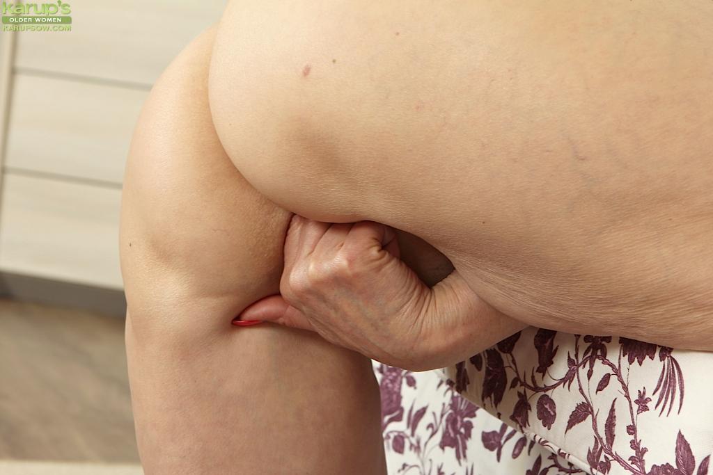 Пенсионерка с короткими волосами мастурбирует в красных туфлях секс фото и порно фото