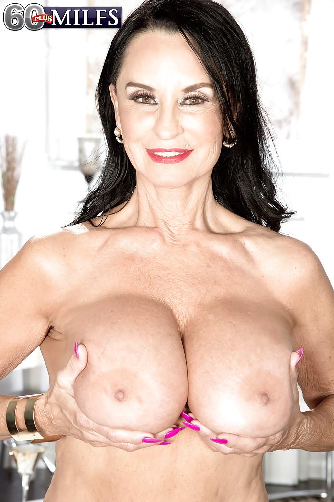 Рита Дэниелс с пробкой в жопе показывает тело на белом кресле секс фото и порно фото
