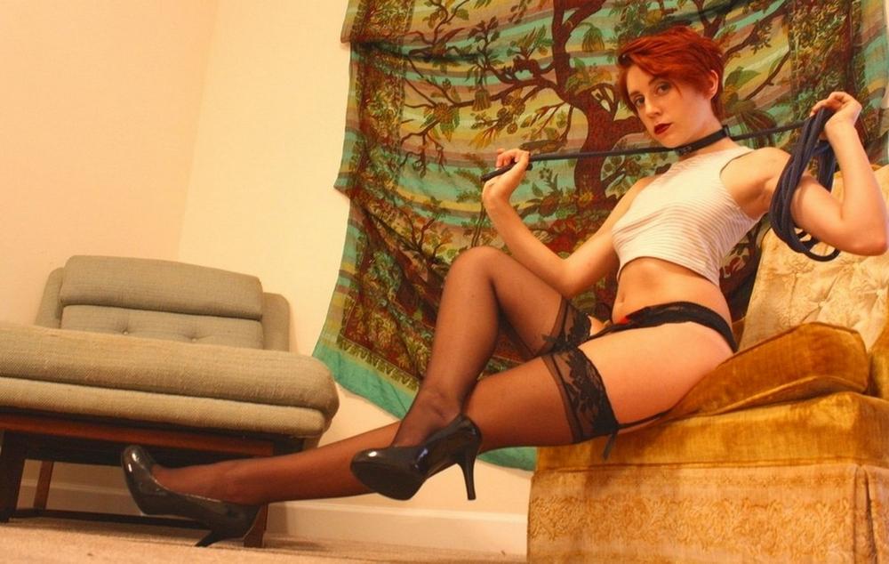 Рыжая блогерша с короткими волосами хвастается стройными ножками секс фото и порно фото