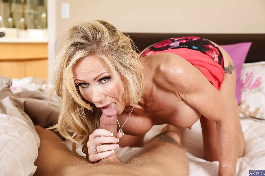 Симона Сонэй трахается с молодым другом после утреннего минета секс фото и порно фото