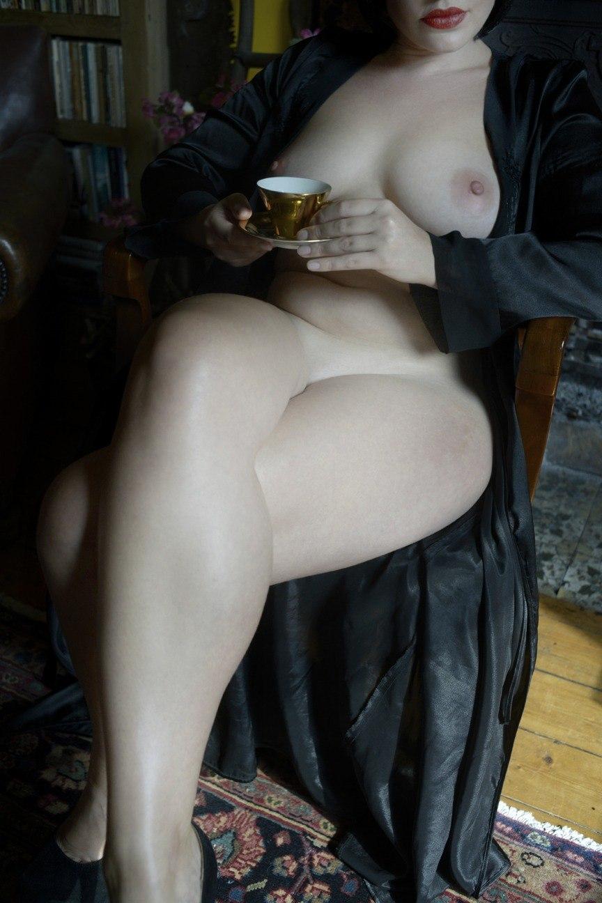 Пухлые тёлки демонстрируют тела на камеру секс фото и порно фото