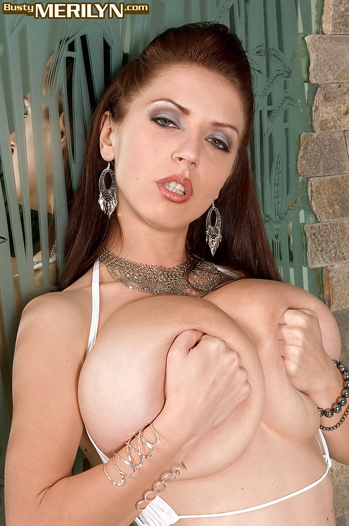 Голубоглазая девушка с большими сиськами демонстрирует тело крупным планом секс фото и порно фото