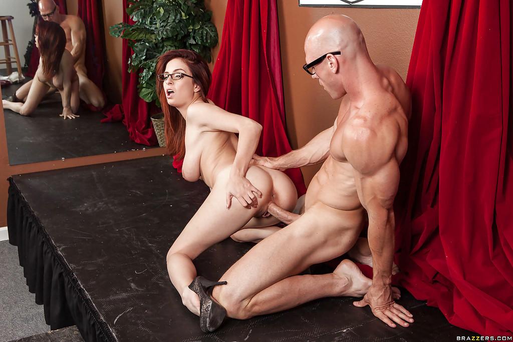Хореограф выебал рыжеволосую тёлку на репетиции секс фото и порно фото