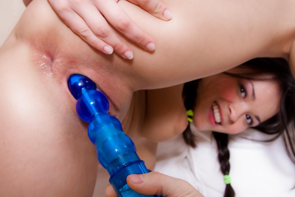 Парень дрючит рот и пилотку 18летней брюнетки синей игрушкой секс фото и порно фото