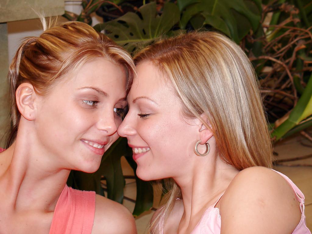 Две лесбиянки трахаются и вылизывают друг дружке вагины в сауне секс фото и порно фото