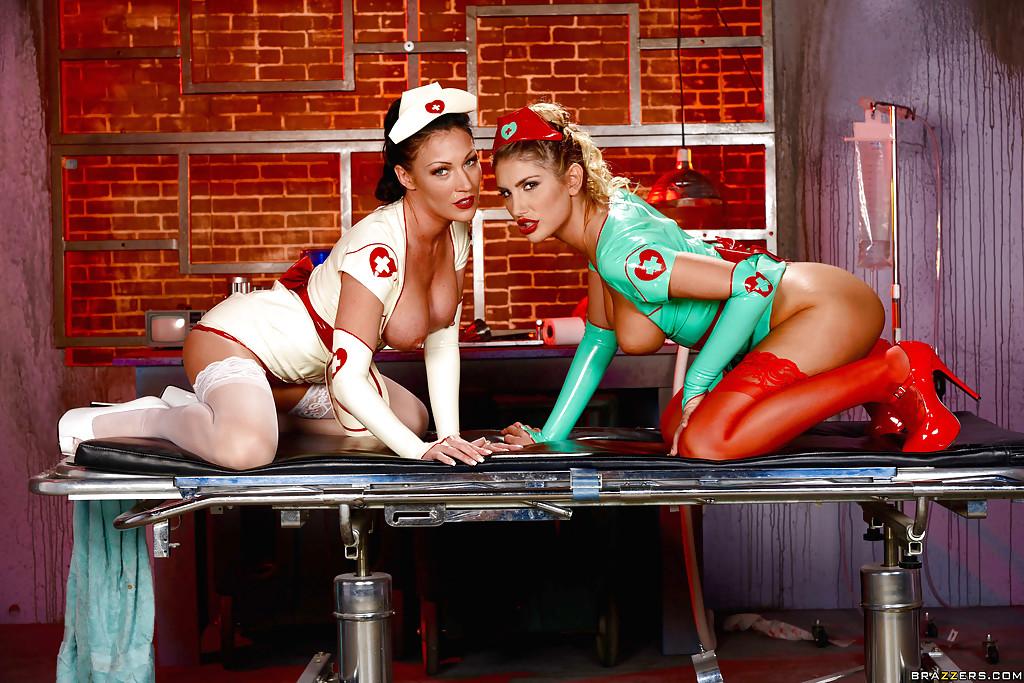 Две сиськастые медсестры позируют на кушетке секс фото и порно фото