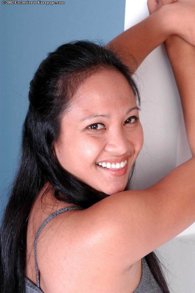 Курносая азиатка снимает серое платье и раскрывает киску у колоны секс фото и порно фото