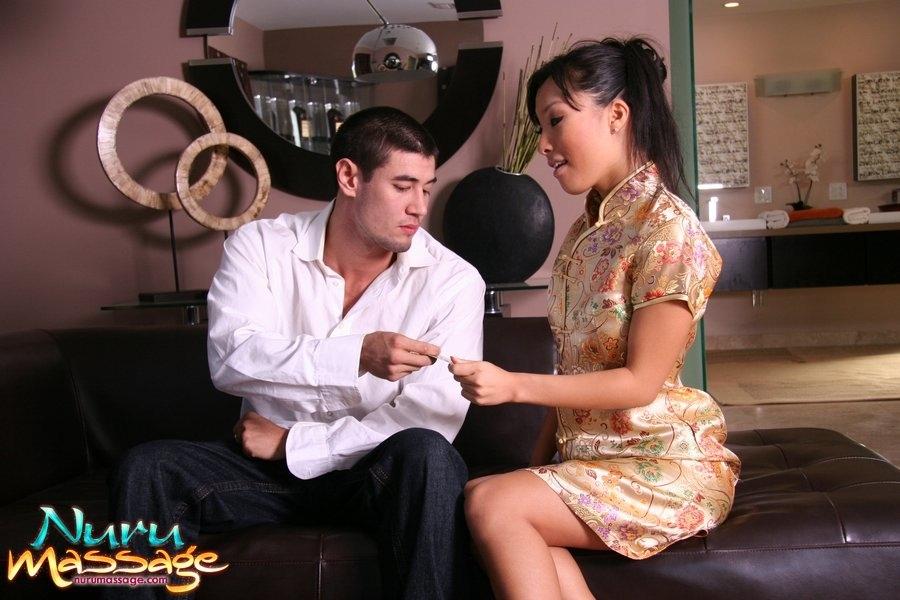 Восточная гейша смачно сосет пенис незнакомца в ванне секс фото и порно фото