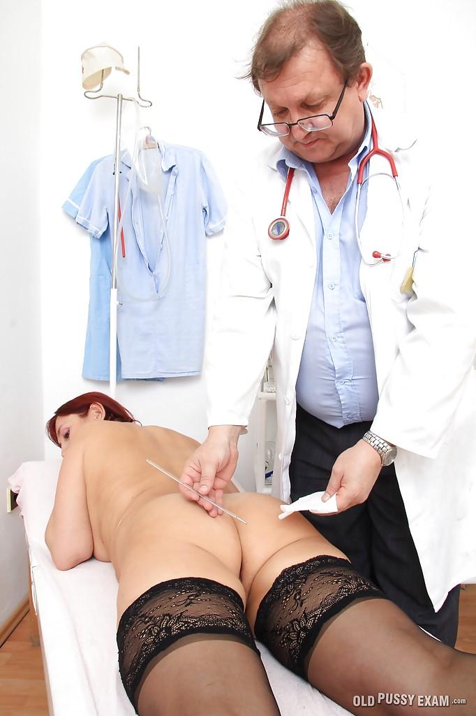 Очкастый врач с пузом втыкает секс игрушки в вагину рыжей зрелки секс фото и порно фото