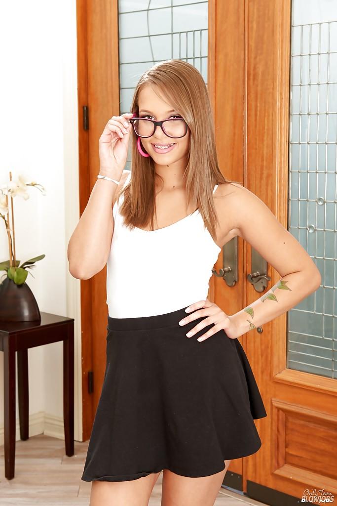 Liza Rowe в очках раздевается на фоне двери секс фото и порно фото