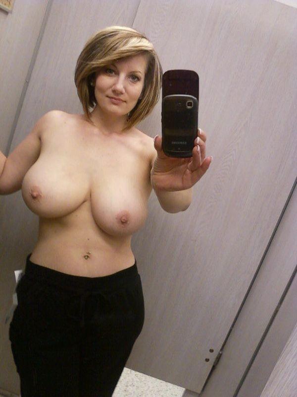 Горячие мамки оголяют титьки от 3 размера секс фото и порно фото