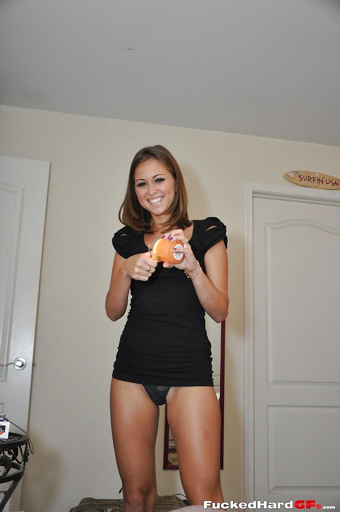Улыбчивая американка ходит голышом по лестнице дома секс фото и порно фото