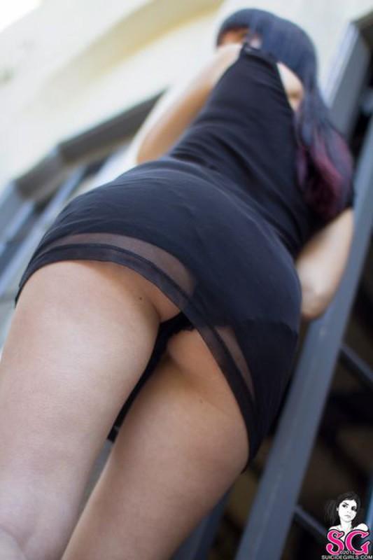 Готичная брюнетка раздевается на улице секс фото и порно фото