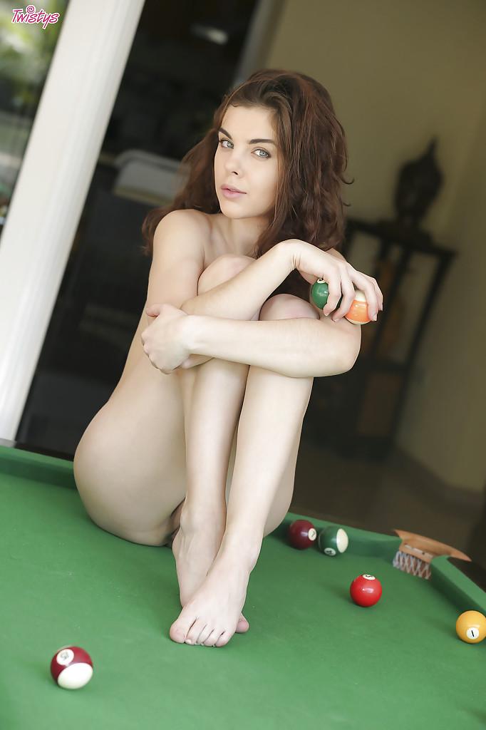 Темноволосая девушка раздевается на бильярдном столе секс фото и порно фото