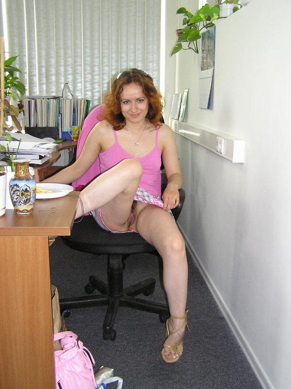 Сотрудница офиса задирает юбку, оголяя волосатую пилотку секс фото и порно фото