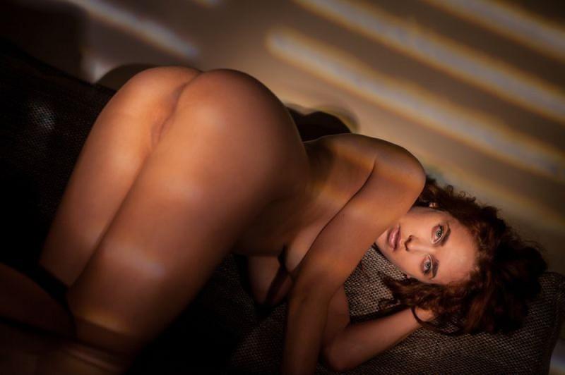 Эро сессия длинноногой красотки с пышными волосами секс фото и порно фото