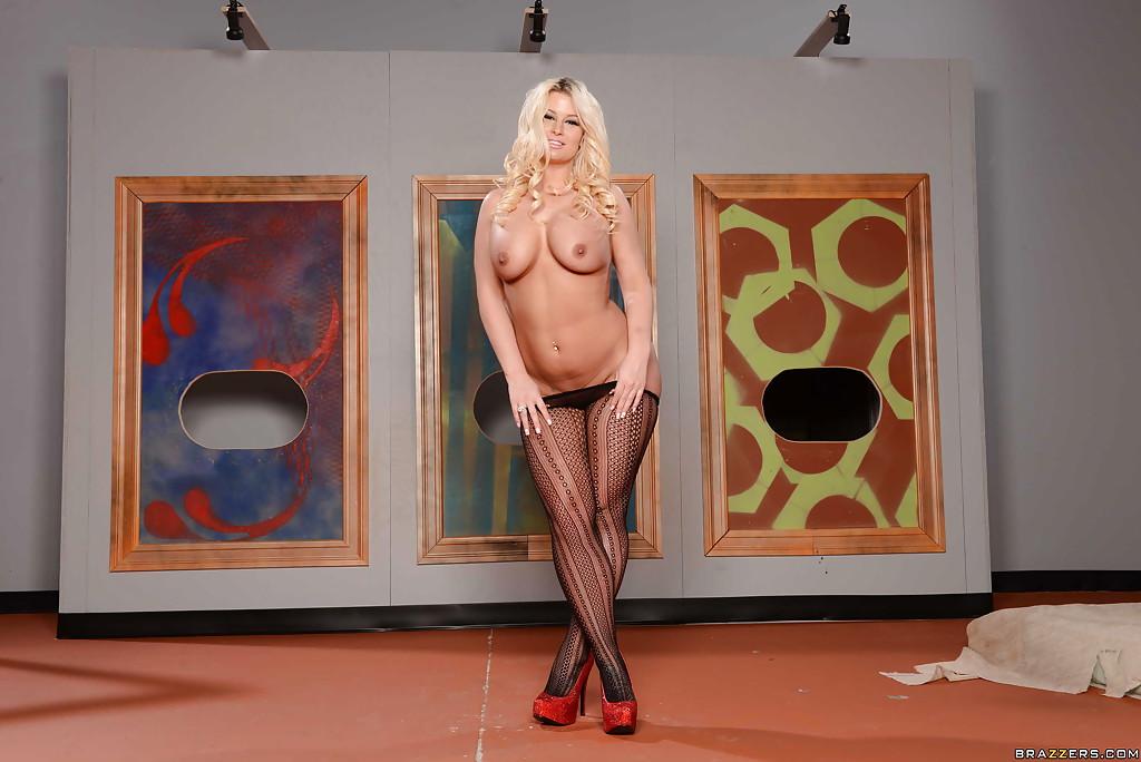 Блондинка Julie Cash голышом примеряет фон картины для своей задницы секс фото и порно фото
