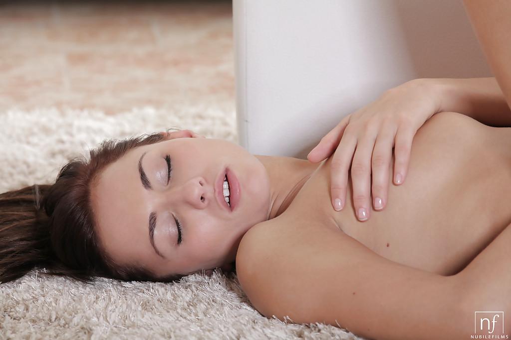 Полячка Michaela Isizzu раздевается на махровом ковре секс фото и порно фото