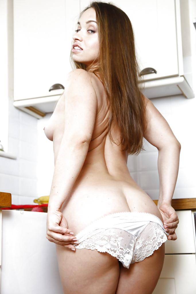 Русская дама Olga Cabaeva с волосатой пилоткой раздевается на кухне секс фото и порно фото
